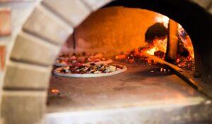 Cuisson pizza dans four à bois en brique