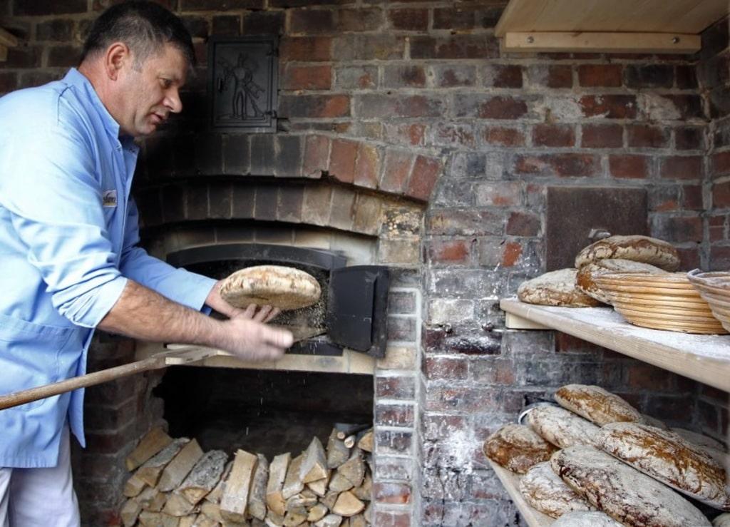 Ancien four en brique réhabilité en fonctionnement et utilisé par boulanger traditionnel