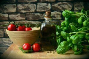 Ingrédients pour pizza : huile d'olive, tomate et basilic