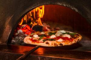 Pizza sortie du four à bois