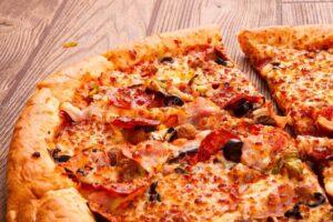 Pizza succulente découpée