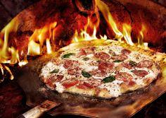 Pizza cuite au four et sortie des flammes