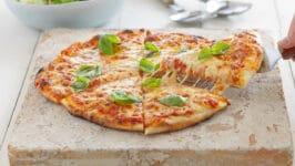 Quel est le moyen le plus sûr de nettoyer une pierre à pizza ?