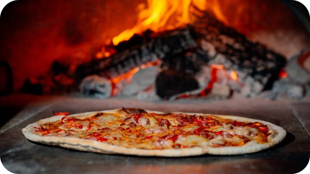 Pizza dans four à pizza au bois